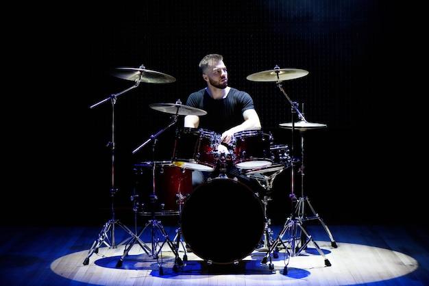 Schlagzeuger am schlagzeug Premium Fotos