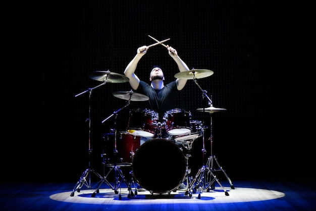 Schlagzeuger auf der bühne Premium Fotos