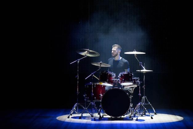 Schlagzeuger, der die trommeln mit rauche und puder spielt Premium Fotos