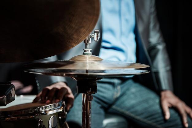 Schlagzeuger, der in einem ereignis durchführt Kostenlose Fotos