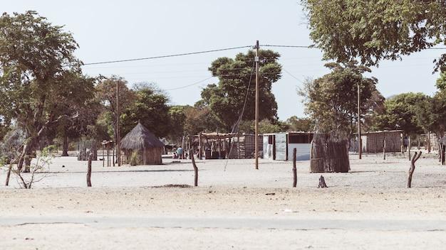 Schlammstroh und holzhütte mit strohdach im busch. lokales dorf im ländlichen caprivi-streifen, der bevölkerungsreichsten region in namibia, afrika. Premium Fotos