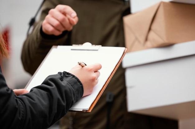 Schließen sie die unterzeichnung für die paketzustellung Kostenlose Fotos