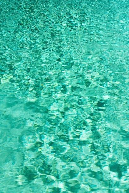Schließen sie herauf abstrakte wasserbeschaffenheit. türkisschwimmbad-wasserhintergrund. platz kopieren, draufsicht. Premium Fotos