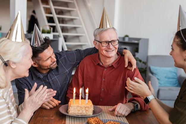 Schließen sie herauf älterer mann, der gefeiert wird Premium Fotos