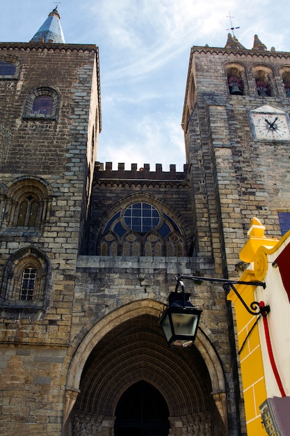 Schließen sie herauf ansicht der kathedralen-kirche von se, die in evora-stadt, portugal gelegen ist. Premium Fotos