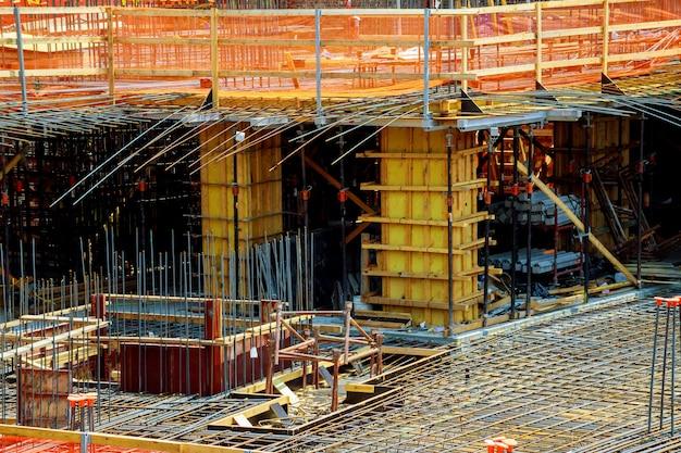 Schließen sie herauf ansicht der verstärkung des betons mit den metallstangen, die durch draht verbunden werden. Premium Fotos