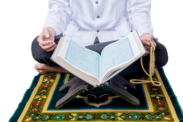 Schließen sie herauf ansicht des muslimischen mannes, der mit gebetsperlen sitzt und betet Premium Fotos