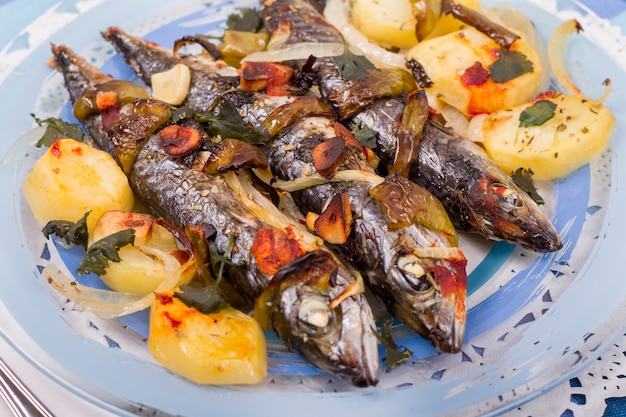 Schließen sie herauf ansicht von gekochten makrelenfischen mit kartoffel. Premium Fotos
