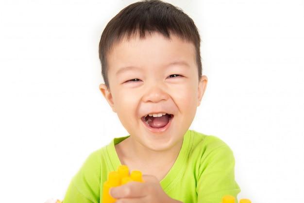 Schließen sie herauf asiatisches kleinkindjungenlächeln mit glücklichem gesicht Premium Fotos