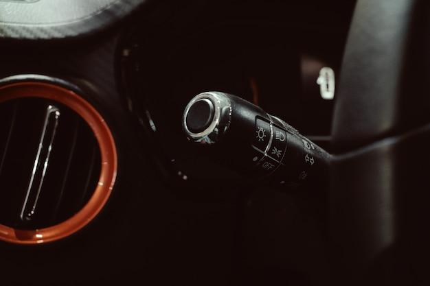 Schließen sie herauf autolenkrad mit wischerknopfknöpfen Premium Fotos
