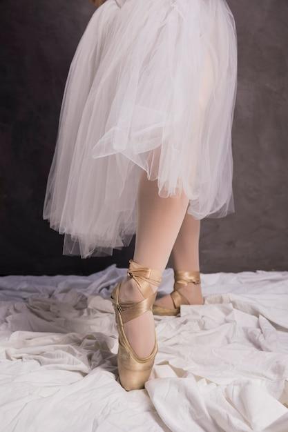 Schließen sie herauf ballerina pointe schuhe und rock Kostenlose Fotos
