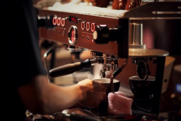 Schließen sie herauf barista, der cappuccino, der barmixer macht, der kaffeegetränk zubereitet Kostenlose Fotos