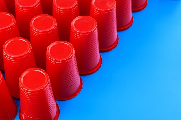 Schließen sie herauf bild von roten plastikbechern Premium Fotos