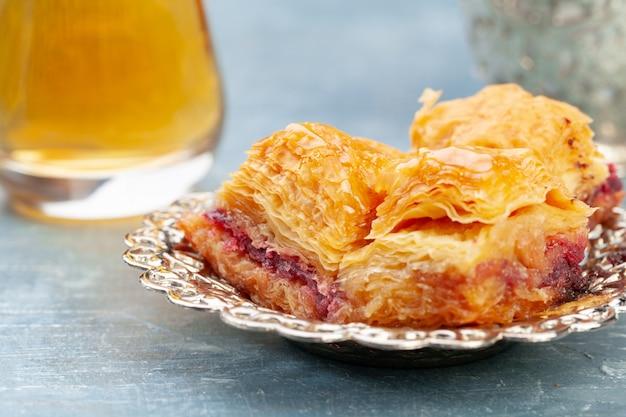 Schließen sie herauf das foto des köstlichen türkischen baklava, das auf einer platte gedient wird Premium Fotos
