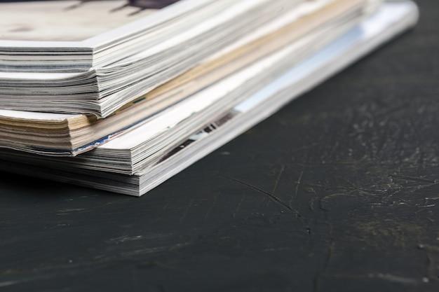 Schließen sie herauf das stapeln des zeitschriftenplatzes auf tabelle Premium Fotos