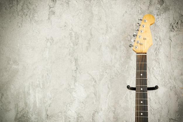 Schließen sie herauf detail einer e-lead-gitarre mit altem backsteinmauerhintergrund. Premium Fotos