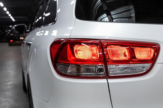 Schließen sie herauf detail über eines des modernen weißen überkreuzungsautos des led-rücklichts. außendetail automobil. Premium Fotos