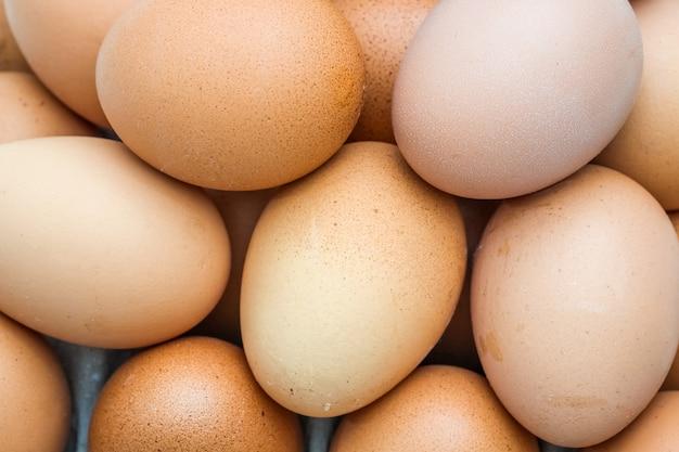 Schließen sie herauf draufsichtstapel von eiern Premium Fotos