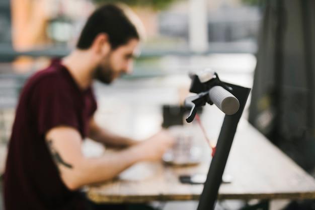 Schließen sie herauf e-rollergriff mit defocused mann Kostenlose Fotos