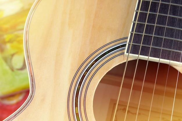 Schließen sie herauf eine akustikgitarre Premium Fotos