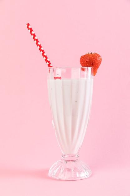 Schließen sie herauf erdbeermilchshakeglas mit rosa hintergrund Kostenlose Fotos