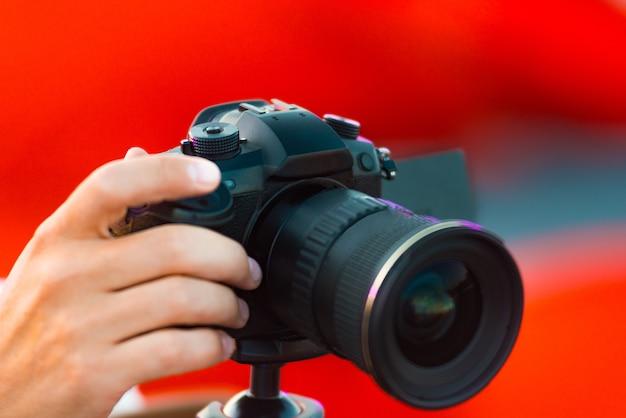 Schließen sie herauf foto des mannes, der video mit kamera im freien schießt Premium Fotos