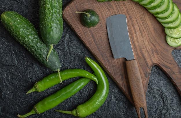 Schließen sie herauf foto von geschnittener gurke und scharfen grünen paprikaschoten. hochwertiges foto Kostenlose Fotos
