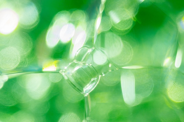 Schließen sie herauf foto von grünen transparenten seifenblasen und von schaum. abstrakter hintergrund, selektiver fokus, defokussiertes bild, bokeh hintergrund. Premium Fotos