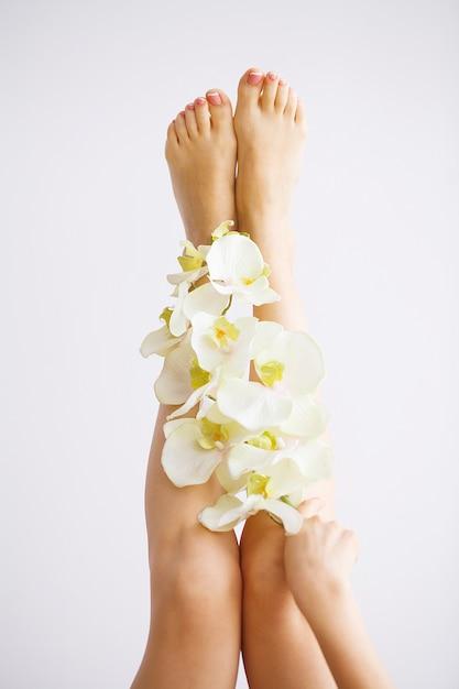 Schließen sie herauf foto weiblichen füße am badekurortsalon auf pediküreverfahren Premium Fotos