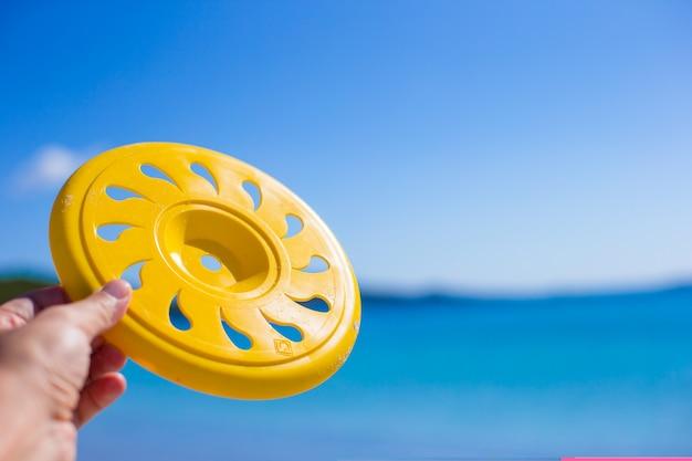 Schließen sie herauf frisbee, tropischen strand und meer Premium Fotos