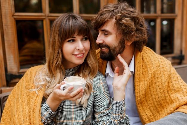 Schließen sie herauf gemütliches warmes porträt des glücklichen umarmenden paares in der liebe. Kostenlose Fotos