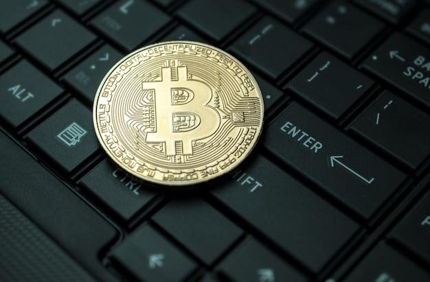 Schließen sie herauf goldenes bitcoin münzenkrypto währungshintergrundkonzept. Premium Fotos