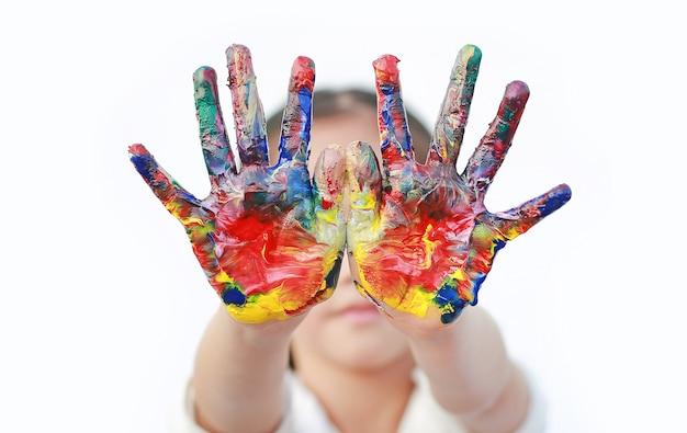 Schließen sie herauf kinderhände gemalt in den bunten farben lokalisiert. Premium Fotos