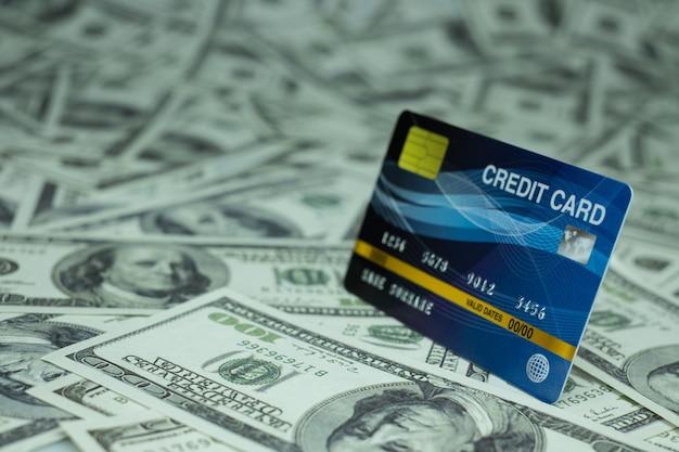 Schließen sie herauf kreditkarte isoliert am stapel geldbanknote 100 usd wand Premium Fotos