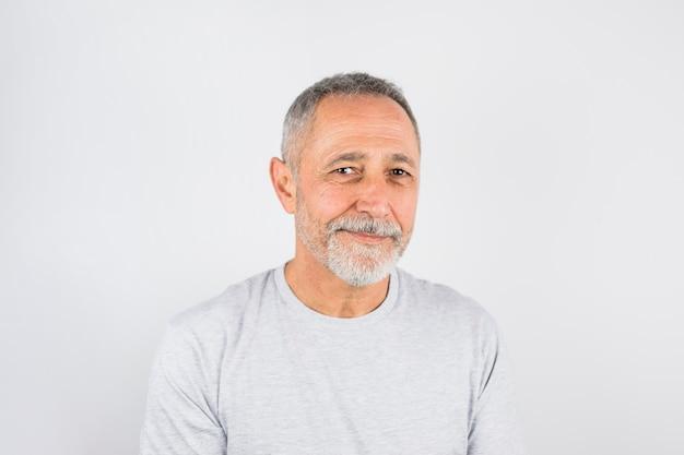 Schließen sie herauf lächelnden gealterten mann des schusses Kostenlose Fotos