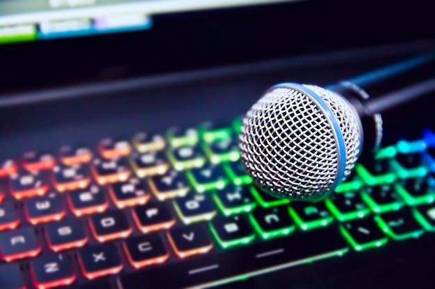 Schließen sie herauf mikrofon auf laptopbeleuchtungstastatur. Premium Fotos