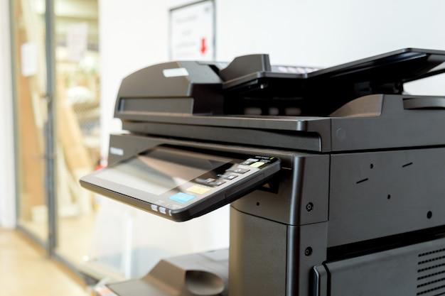 Schließen sie herauf papierblätter auf dem drucker im büroraum. Premium Fotos