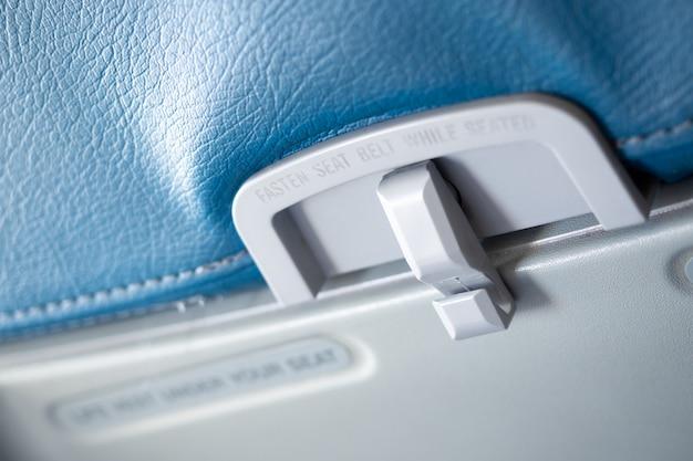 Schließen sie herauf passagieressenbehälter im flugzeug. Premium Fotos