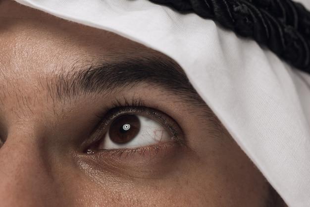 Schließen sie herauf porträt des arabischen saudischen geschäftsmannes auf dunkelblau Kostenlose Fotos