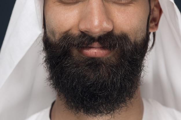 Schließen sie herauf porträt des arabischen saudischen geschäftsmannes. gesicht des jungen männlichen modells mit bart, lächelnd. konzept von geschäft, finanzen, gesichtsausdruck, menschlichen emotionen. Kostenlose Fotos