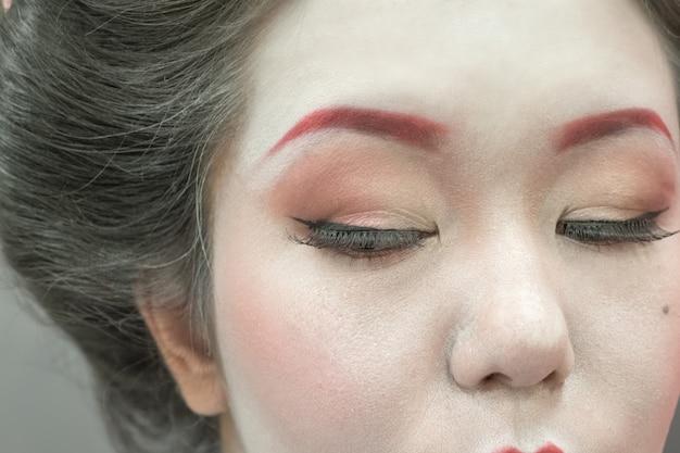 Schließen sie herauf porträt einer japanischen geisha-frau. Premium Fotos