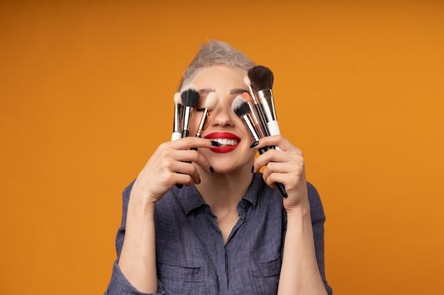 Schließen sie herauf porträtmaskenbildner. make-up-kurse. Premium Fotos