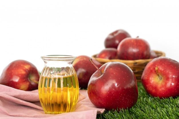 Schließen sie herauf roten apfelfrucht- und apfelessigsaft, hilft, gewicht zu verlieren und verringert bauchfett, gesundes lebensmittel Premium Fotos