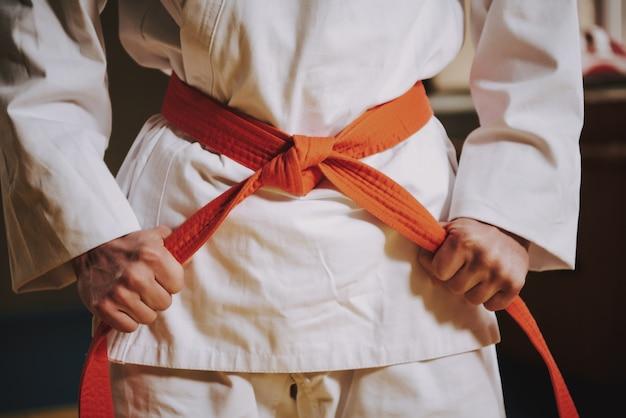 Schließen sie herauf roten gurt auf weißem keikogi des kampfkunstkämpfers. Premium Fotos