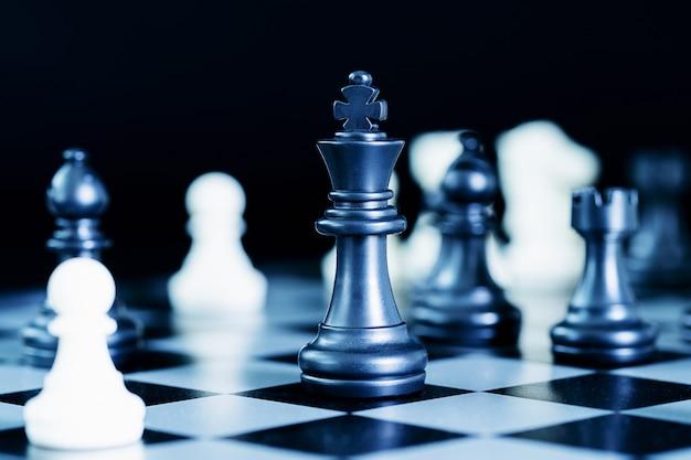Schließen sie herauf schachfiguren auf schachbrett Premium Fotos