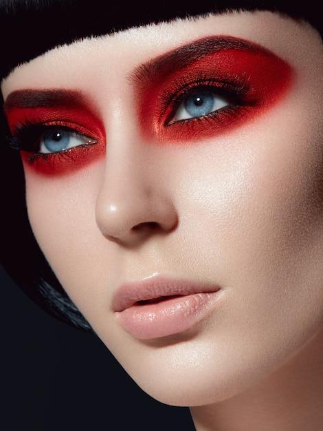 Schließen sie herauf schönheitsporträt eines jungen mädchens, das modisches make-up trägt Premium Fotos