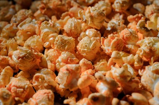 Schließen sie herauf schuss des satzes frischen warmen salzigen popcorns mit käse Premium Fotos