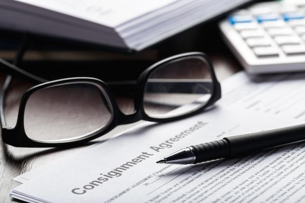 Schließen sie herauf schuss von brillen auf vertragsdokumentenpapier-geschäftskonzept Premium Fotos