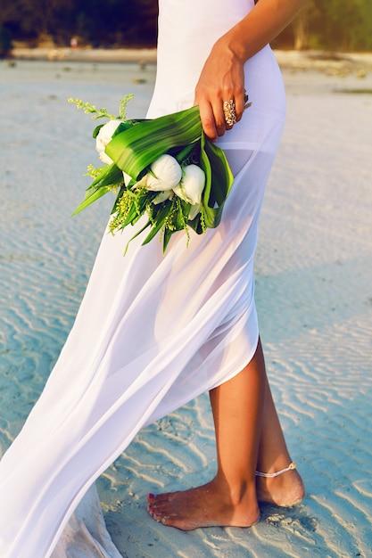 Schließen sie herauf sinnliches modebild ow frau im weißen kleid, das schönen weißen lotusstrauß hält. Kostenlose Fotos