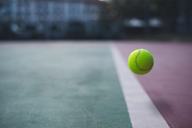 Schließen sie herauf tennisball auf dem gerichtshintergrund Premium Fotos